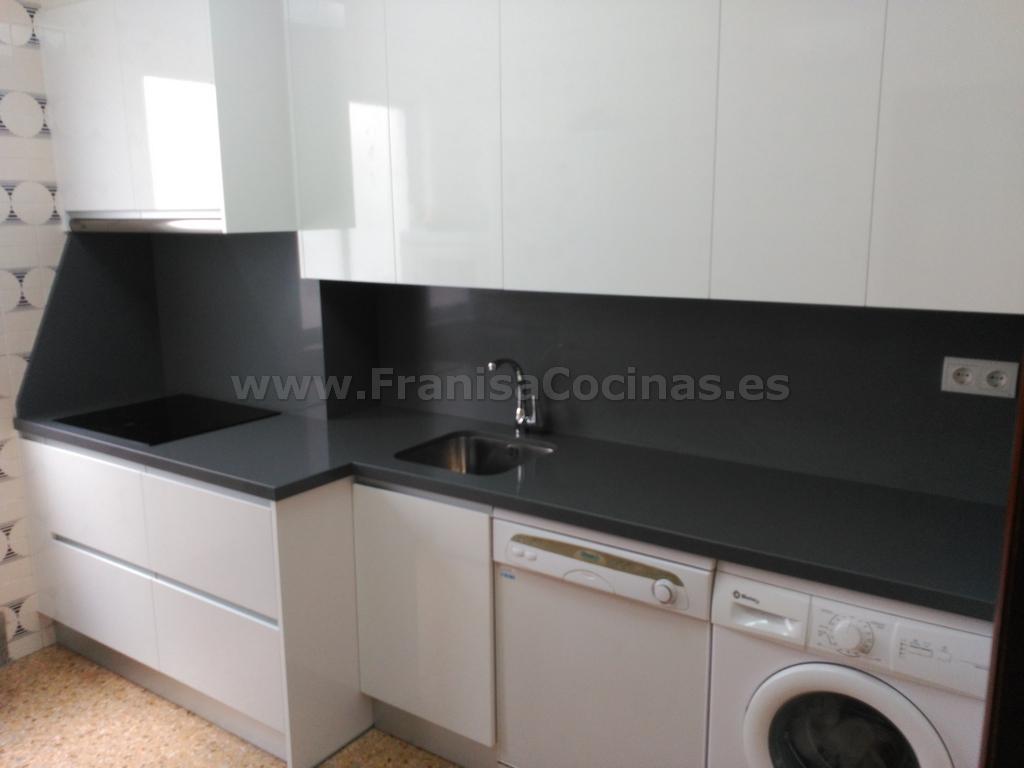 muebles de cocina blanca y encimera gris franisa cocinas
