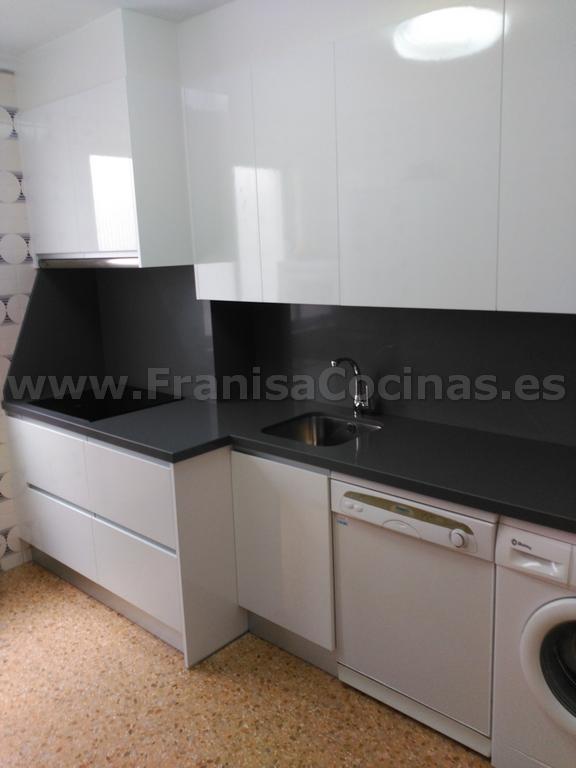 Muebles de cocina blanca y encimera gris franisa cocinas - Cocina blanca y gris ...